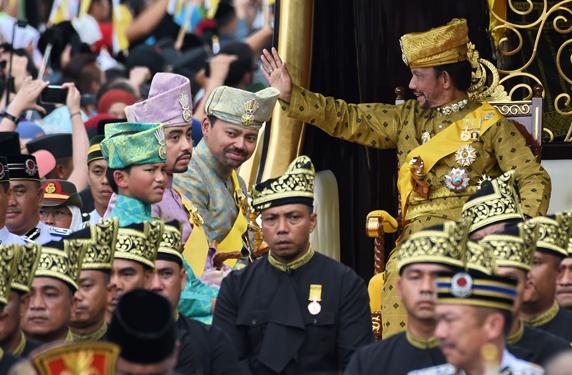 سلطان بروناي يقيم احتفالات فاخرة بمناسبة اليوبيل الذهبي لاعتلائه العرش