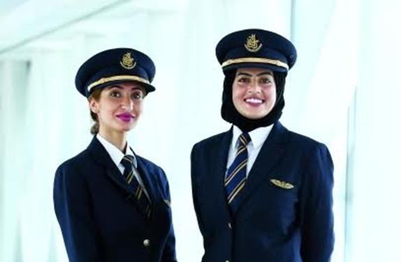 امرأتان من الإمارات تطيران عاليا