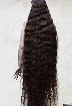 فتاة برازيلية تعرض شعرها البالغ