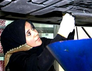 مريم درويش؛ أوّل إماراتيّة تعمل في صيانة السيارات