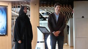 """أول """"موظف استقبال روبوت"""" في الشرق الأوسط وشمال إفريقيا يبدأ العمل في مكتب دبي الذكية"""
