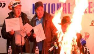 سياسي يضرم النار في نفسه أمام عدسات الإعلام