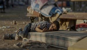 أين هي الإنسانية؟ شاهد أين ينام اللاجئين السوريين الأطفال