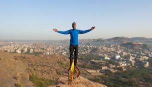 هندي يمارس اليوغا على دراجة أعلى الجبل ... جرأة أو جنون؟