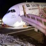 نجاة 151 راكب على طائرة سعودية بعد هبوط إضطراري بلا عجلات