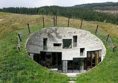 منزل فاخر يتخذ من قعر الأرض مقرًا له... هل تجرؤ على العيش فيه؟