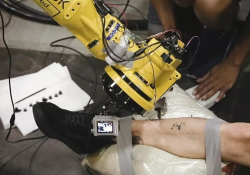 روبوت صناعي للوشم على جسد الإنسان