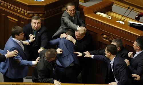 عندما يبدأ السياسيون بالقتال ... في تلك الصور