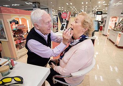 بعد 56 عاماً أصيبت زوجته بالعمى فأخذ دروساً في كيفية وضع مستحضرات التجميل من أجلها!