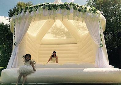 """""""القلاع المملوءة بالهواء"""" هي أحدث صيحات حفلات الزفاف!"""