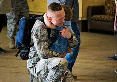 عاد من مهمة عسكرية بعد 7 أشهر وفي المطار حصل ما لم يكن متوقعاً... شاهدوا ردة فعل طفلته!