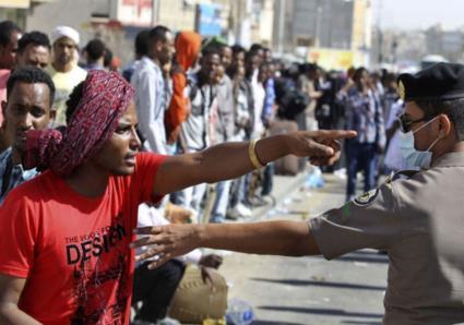 مقيم يسحب سلاح رجل أمن لحظة القبض عليه في أحد أحياء السعودية.. ويطلق النار