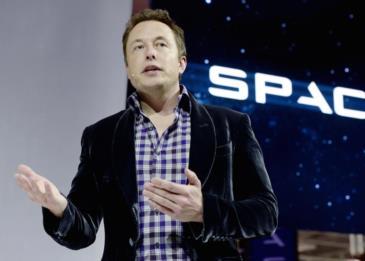 ايلون ماسك يكشف عن تصميم بدلة الفضاء المستقبلية الجديدة