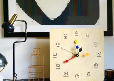 ساعة حائط تحدد أماكن وجود أفراد العائلة