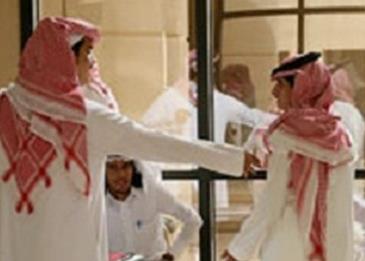 في حدث غير مسبوق... خريجون سعوديون يرددون القسم خلف عميدة الكلية