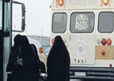 سائق حافلة طالبات يقود بسرعة مرعبة في منعطفات خطرة