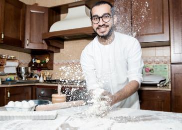 دخَل المطبخ ليُساعد والدته في تحضير الكيك فأصبحَ الشاب الإماراتي الأكثر إلهامًا...