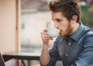 خطورة تناول قدر كبير من الشاي والقهوة أثناء قيادة السيارات