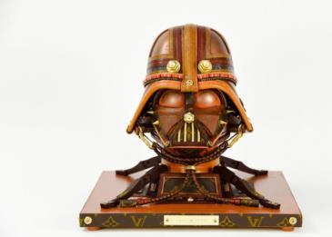 فنان خردة يصنع تذكارات لأفلام ستار وورز من بقايا حقائب لوي فيتون