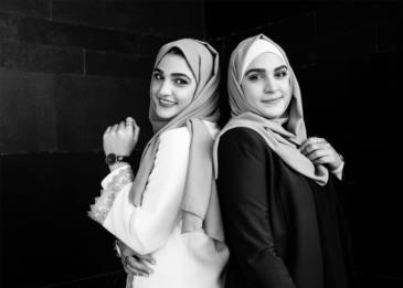 روان وسوزان السعدي .. شقيقتان توأم حولتا الملابس لمحافظة لصيحة رائجة