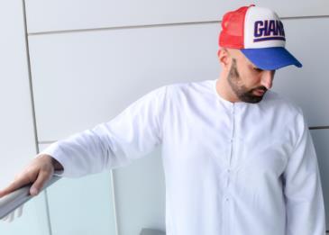 لحِق شغفه منذ الصِغر فأصبح رقمًا صعبًا في عالم الأزياء... إنه الإماراتي صالح البنا