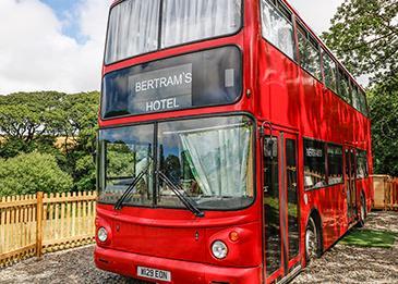 حافلة ذات طابقين تتحول لفندق... إليك التفاصيل