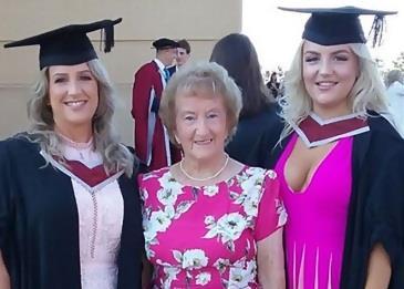 أم وابنة تتخرجان معًا من الجامعة في نفس اليوم