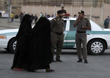الظهور الأول للنساء في نقاط تفتيش السيارات بالسعودية