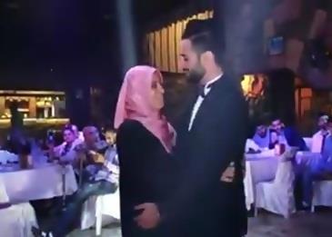 عريس يقوم بهذا الأمر في حفل زفافه ويفاجئ الجميع .. فيديو
