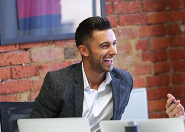 شاب عمره 26 عاماً يترك عمله بشركه بي دبليو سي لتأسيس شركة للتأمل!