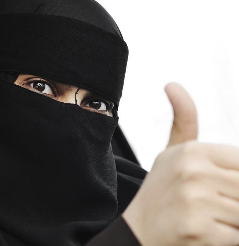 فيديو لسعودية تقود السيارة في الرياض .. شاهد رد فعل ابنتها