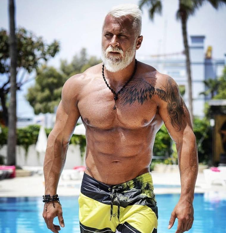 محب للتمرينات الرياضية ينفق ثروة ليبدو بضعف عمره بموافقة زوجته