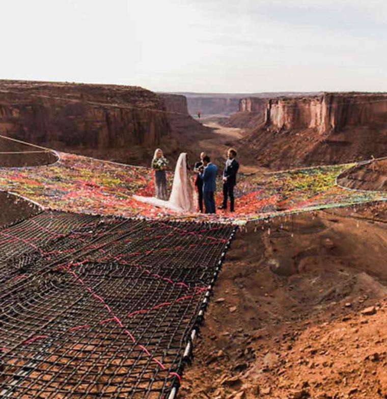 زوجان أمريكيان يقيمان حفل زفافهما فوق شبكة على ارتفاع 400 قدم !