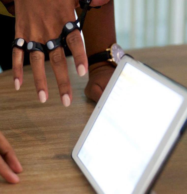 """لا ليست قطعة اكسسوار... تعرفوا على """"لوحة مفاتيح المستقبل"""" التي تعمل على كافة الأسطح!"""