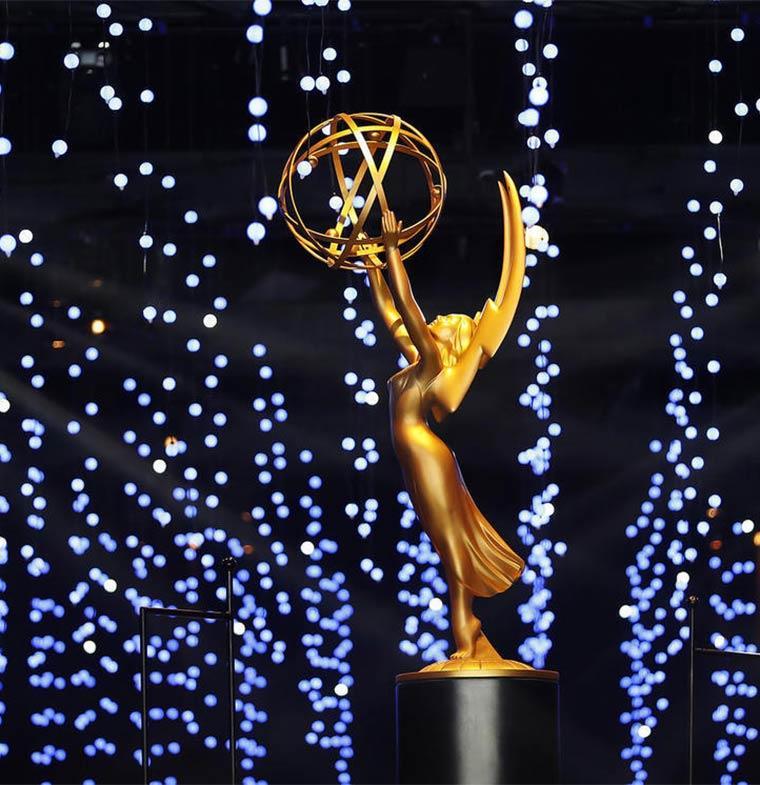 انطلق حفل توزيع الجوائز، مساء الإثنين، في دورته الـ 70 لعام 2018، بمسرح ميكروسوفت في لوس أنجلوس بالولايات المتحدة الأمريكية.