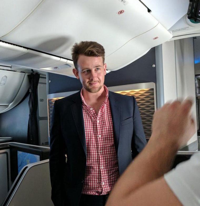رجل دائم السفر يهب تذكرته بالدرجة الأولى في الطائرة لمن يتعرف اليه!