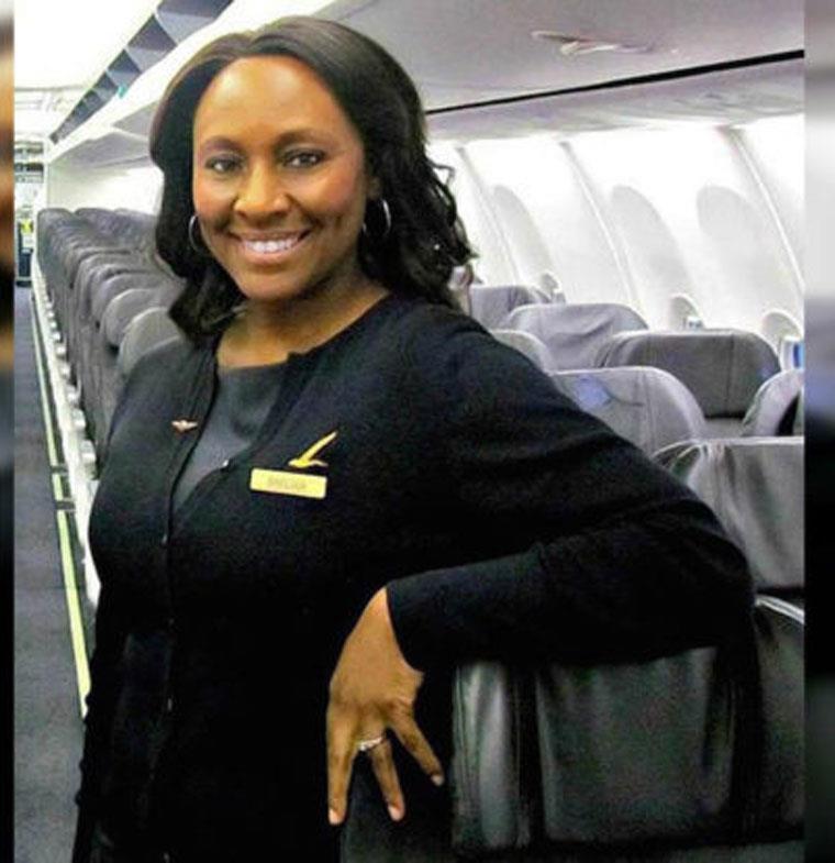 مضيفة طيران تنقذ حياة فتاة مختطفة بعد كتابتها كلمة بحمام الطائرة