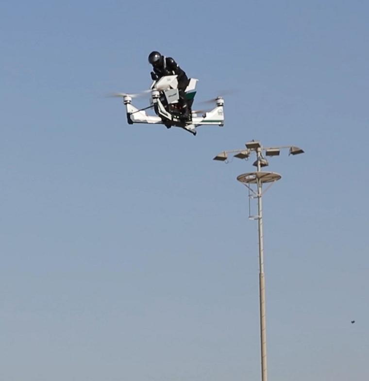 شرطة دبي تعرض طائرة تحمل شرطياً لمسافة 6 كيلومترات