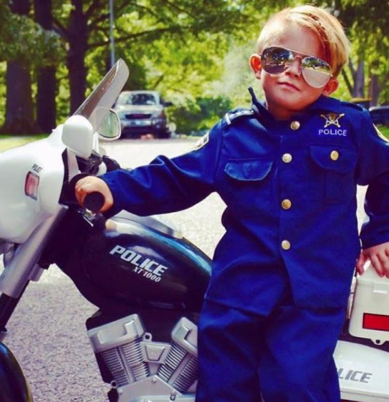 """أوليفر... """"الشرطي الصغير"""" الذي يرتاد دار العجزة لتحرير المخالفات!"""