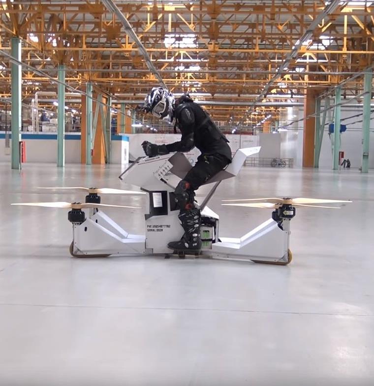 """المركبة الطائرة """"هوفربايك""""... مزيج بين الطائرات اللاسلكية وسيارات التضاريس الوعرة"""