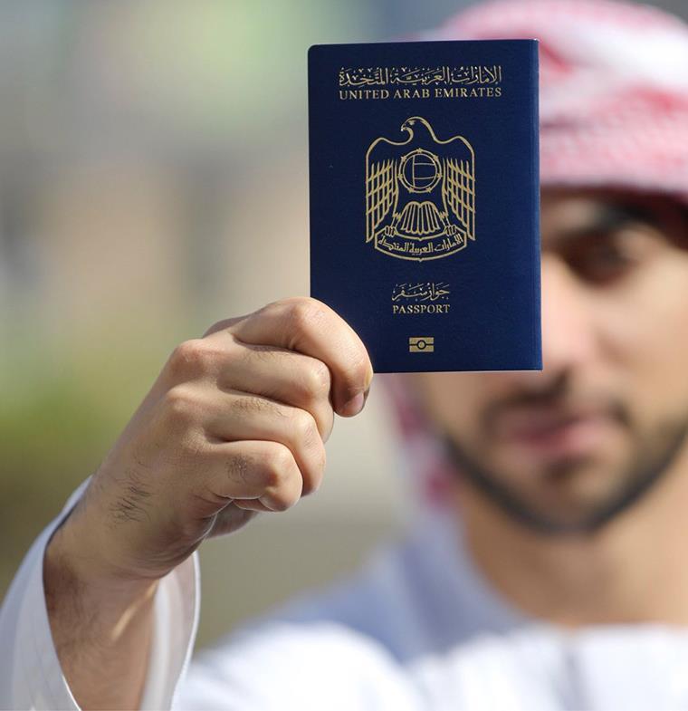 جواز السفر الإماراتي يتقدم من جديد... إنجاز لم تشهده أي دولة من قبل!