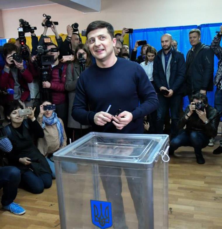 من ممثل كوميدي إلى رئيس أوكرانيا... حادثة غير مسبوقة في تاريخ البلاد