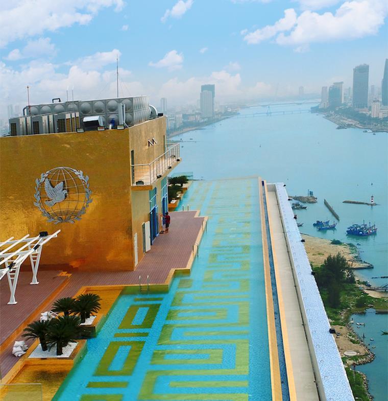 فندق فيتنامي يقدم لضيوف الجناح الرئاسي حوضي وجه واستحمام من الذهب