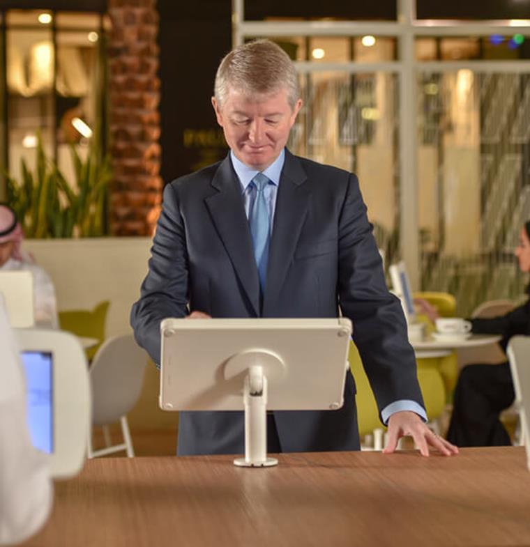 أول بنك سعودي يدرب موظفيه على الذكاء الاصطناعي