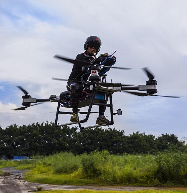 مبتكر صيني يخترع زلاجة تطير كالسحابة... جاهزة للاستخدام قريباً